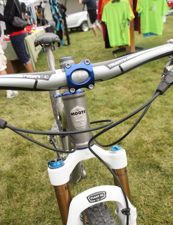 Moots' 44mm head tube allow use of a tapered steerer fork