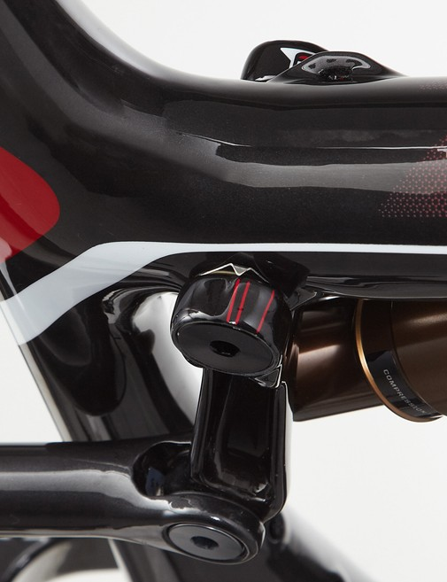 A sag indicator is built into the top tube pivot
