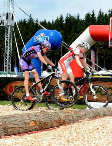 Julie Bresset (BH - SR Suntour - Peisey Vallandry) and Alexandra Engen (Ghost Factory Racing Team) in the first round