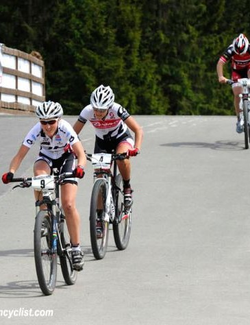 Julie Bresset (BH - SR Suntour - Peisey Vallandry) and Rowena Fry drop Tracy Moseley to move on in the first round