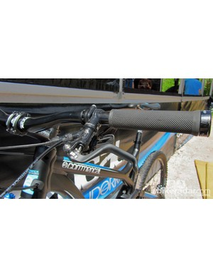 Commencal lock-on grips and Formula brakes.