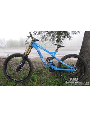 The Commencal Supreme DH v3 is fitted with a FOX 40 RC2 FIT Kashima fork