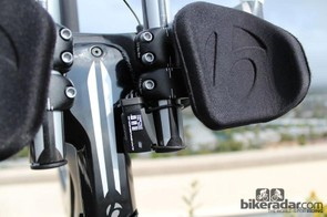 A converter mounted on back of the right extension translates analog signals from the brake-lever and bar-end shifters to a digital signal that goes to the derailleurs via the power pack. The LED also indicates battery life with a variety of color signals