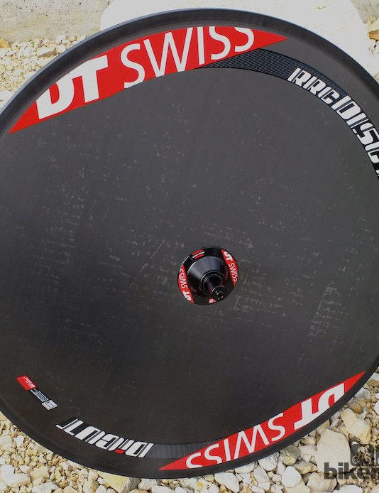 The RRC Disc T disc wheel is flat surfaced and weighs 1050g in its tubular version, or 1200g as a clincher