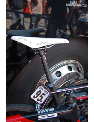 A fi'zi:k Arione k:ium saddle is affixed to a zero-offset 3T Doric Team seatpost on Ryder Hesjedal's (Garmin-Barracuda) Cervélo R5ca