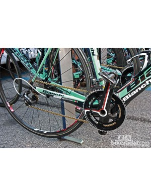 Gustav Larsson's (Vacansoleil-DCM) Bianchi Oltre Superleggera is equipped with a mixed drivetrain that includes FSA cranks and chainrings, Shimano Dura-Ace derailleurs and cassette, and a gold KMC chain