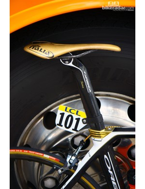 Even the seatpost clamp and cover on the custom Selle Italia saddle are finished in a gold hue for reigning Olympic road champion Samuel Sanchez (Euskaltel-Euskadi)