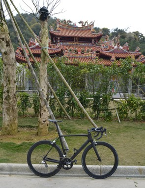 Swift Carbon's prototype RS-1 Ultravox in front of a temple at the summit