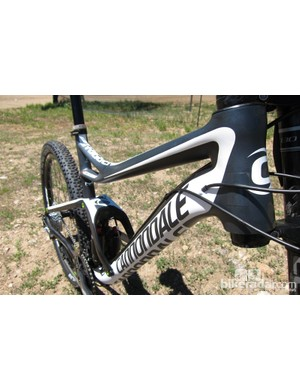 Internal shifter cable routing paired to external brake and shock remote routing