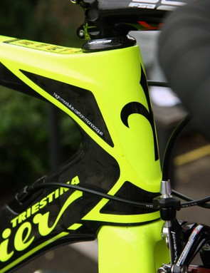 The neon paint makes it hard to see but there's a pronounced shoulder running from the bottom of the head tube up to the sides of the top tube