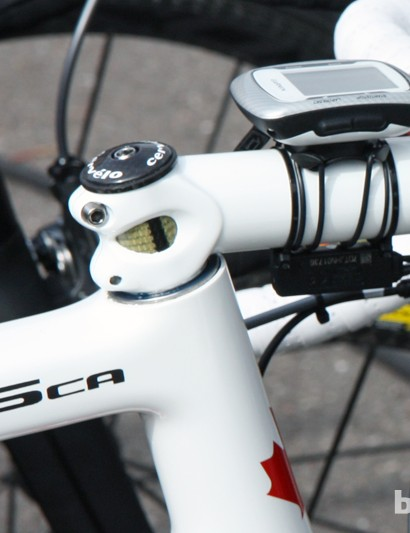 The upper headset cover is removed to allow a few more millimeters of handlebar drop while the steerer is reinforced with aramid fiber