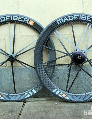 The Mad Fiber clincher road wheelset is almost identical in design to the tubular version, but with a (carbon coated) aluminium rim