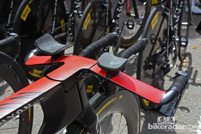 The handlebar position on Denis Menchov's Canyon Speedmax CF Evo is low and aggressive