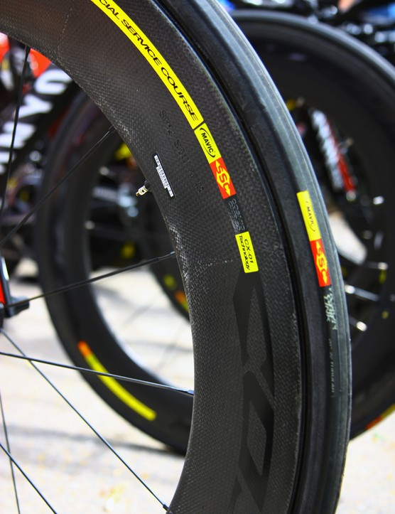 Menchov runs with Mavic's latest Cosmic CXR 80 front wheel, albeit without the blade smoothing the transition in between the rim and tire. The UCI has not allowed that part's use in competition