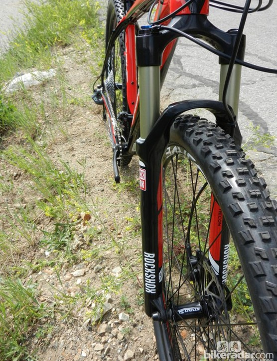 The RockShox Recon Gold TK SA solo air 29 SL fork on the Carve Comp
