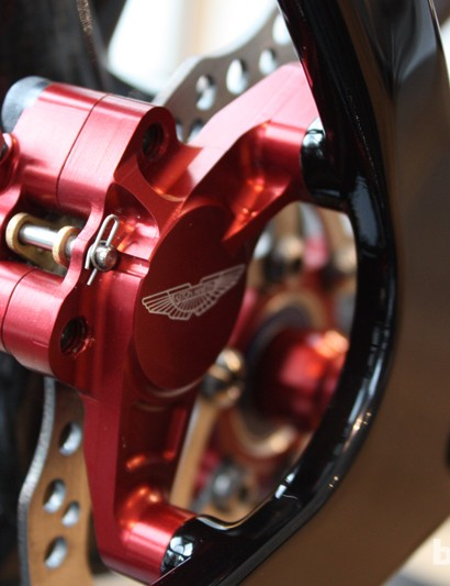 Lines are kept super clean by integrating the brake fixings into the caliper mounts