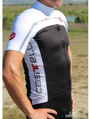 The sleeves are a bit tight at the front of the armpit when you're standing, because the jersey is designed for cycling, not standing around posing