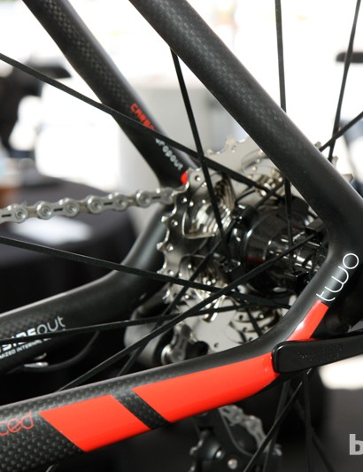 According to Felt, maintaining a hollow tubular structure from the stays all the way through the dropouts lends a very lively feel to the new Z-series frames
