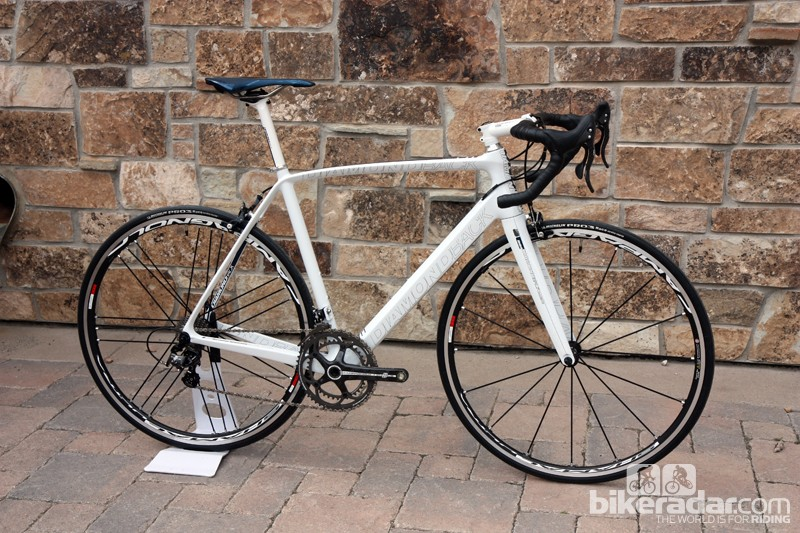 The US$5,500 Diamondback Podium 6 weighs just 6.94kg (15.30lb) with Campagnolo Chorus and Campagnolo Shamal 2-Way Fit tubeless-compatible aluminum clinchers