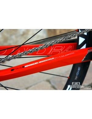 Diamondback's AMMP construction method features internal molds at the bottom bracket and head tube area, for increased fiber compaction and more consistent tube walls in those areas
