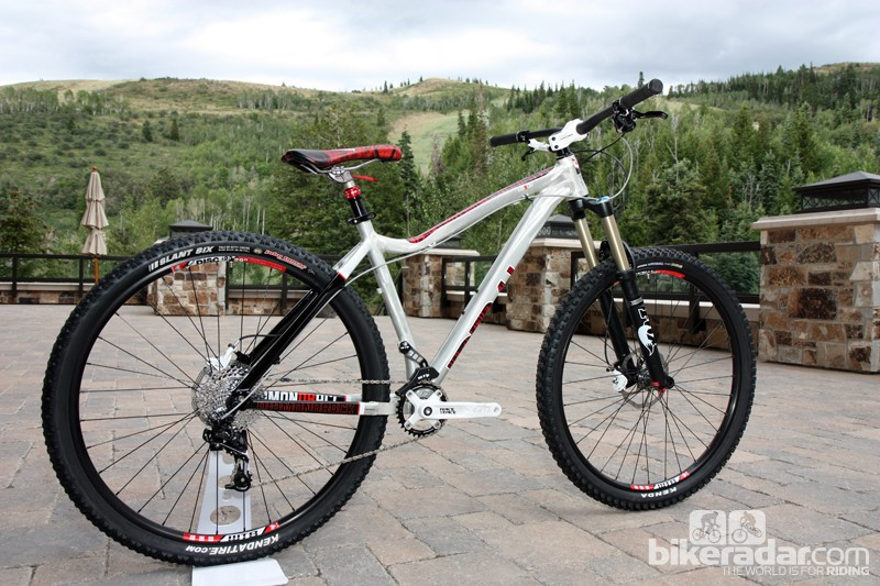 Diamondback's new Mason long-travel hardtail 29er features tight rear-end geometry and a burly aluminum frame for hardcore abuse. The KS dropper post will include a remote lever for production bikes