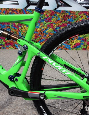The new Pivot Mach 429 Carbon features 100mm of rear wheel travel. Both the front and rear triangles are carbon fiber