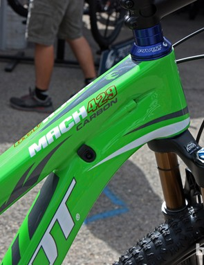 A tapered head tube, internal derailleur cable routing and built-in dropper post routing on the new Pivot Mach 429 Carbon