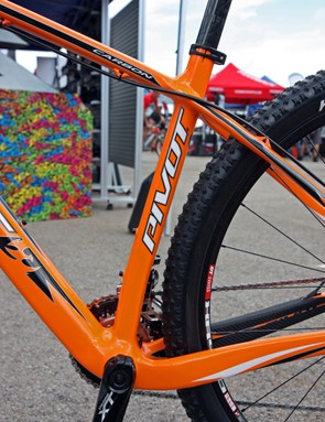 A kinked seat tube on the Pivot Les 29er hardtail allows for very short 434mm chain stays