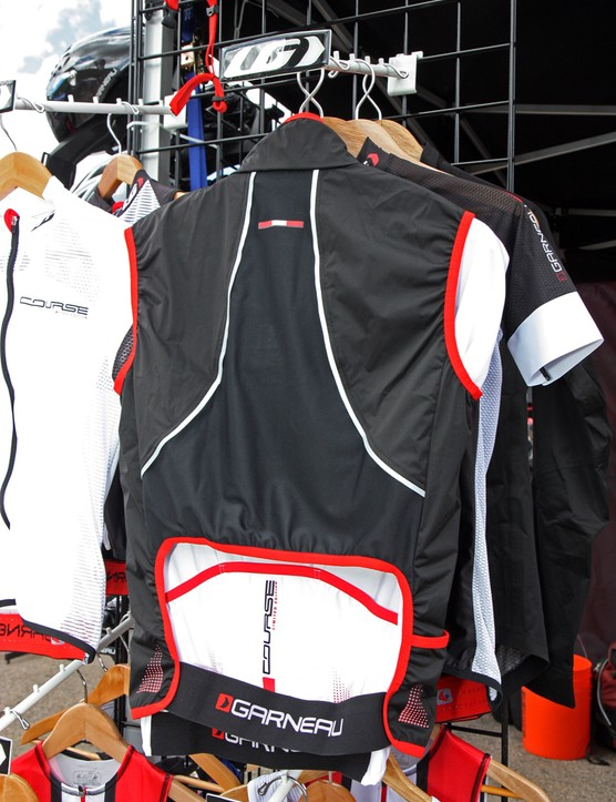The unique Louis Garneau Course vest uses an open section at the lower back that exposes the underlying jersey pockets