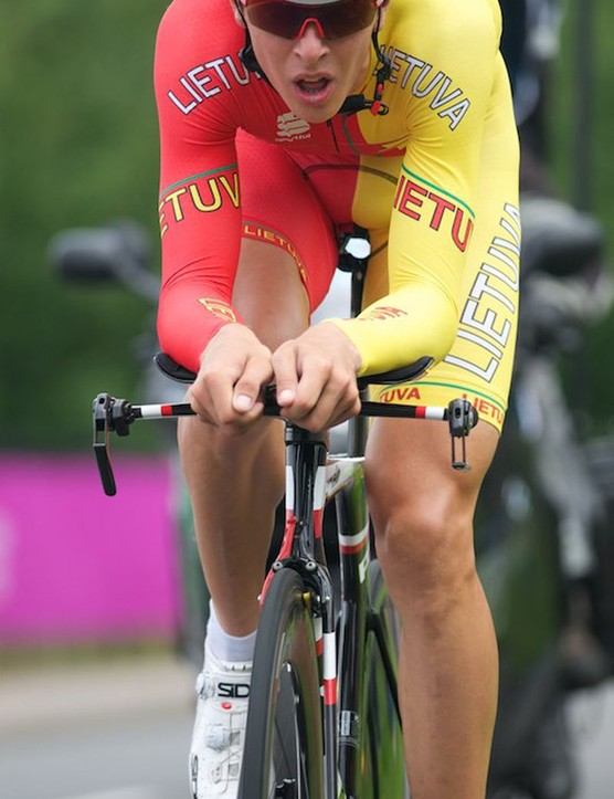 Ramunas Navardauskas of Lithuania (don't confuse with Spain). Although he's on a slippery Cervelo P5, his right brake lever looks a little wonky, helmet's loose and there's not a shoe cover to be seen. 21st at 4'32