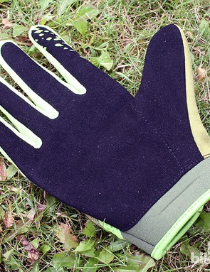 The men's Victory glove (palm-side up)