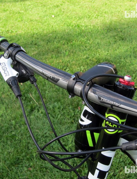 Cannondale fits the Scalpel 29'er Carbon 2 with a set of 700mm-wide Truvativ Noir T30 carbon handlebars