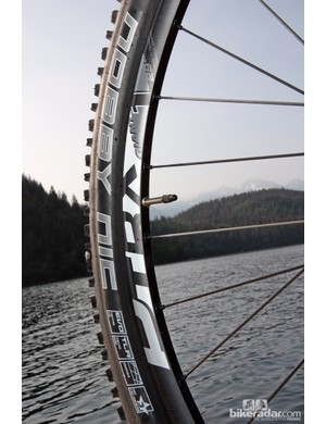 Giant's new P-TRX 29er 1 wheels feature 28mm-wide (21mm internal width) aluminum rims that borrow DT Swiss's Tricon technology. Special inserts in the inner rim wall anchor the spoke nipples, leaving the outer wall completely solid for easy tubeless setup