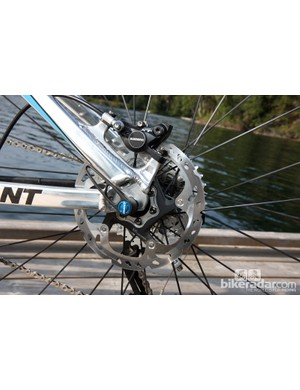 The rear brake attaches to tidy post mount tabs, thus eliminating the need for an adapter if using a 160mm rotor. The rear wheel is affixed to standard 135mm open dropouts as Giant contends its enclosed Maestro rear triangle doesn't gain any stiffness benefit from a thru-axle