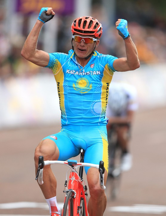 Alexander Vinokourov celebrates winning the Olympic road race