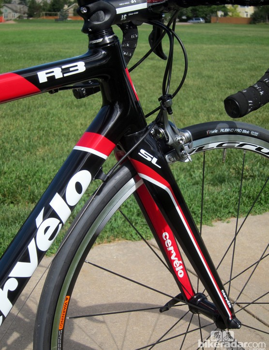 The 1 1/8 to 1 3/8in tapered head tube is filled with Cervélo's own FK33 all-carbon fork