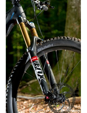 A Fox 34 FIT TALAS 160mm 650b fork adorns the front end, along with Formula The One brakes