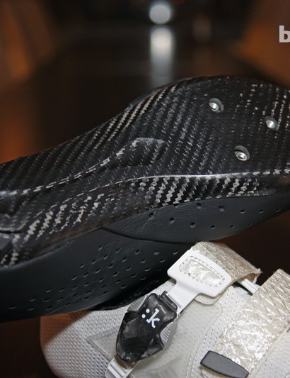 The new one-piece carbon fiber sole plates on the R1 and R3 are lighter, thinner, and noticeably stiffer in torsion than the previous Mobius multi-piece outsole.