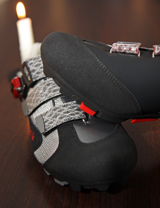 The toes of fi'zi:k's new mountain bike shoes are built with armored cow leather that supposedly doesn't need additional plastic covers to ward off scrapes.