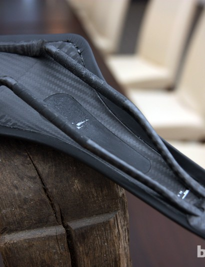The co-molded carbon fiber and rubber shell on the new fi'zi:k Arione 00 retains the popular Wing Flex sides while also lending a bit of extra flex under the nose for long-distance comfort.