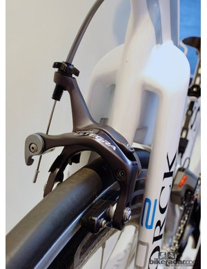 While the Aero 2 has integrated brakes, the Basic G1 has conventional stoppers