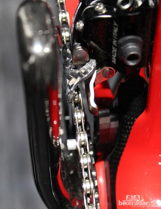 One neat feature is the integrated chain guide. An indention in the down tube below the derailleur clamp is where the black chain catcher bolts on