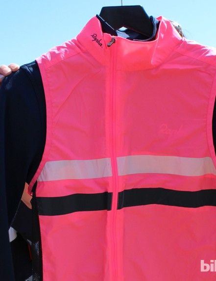 The longsleeve Brevet comes with the hot pink gilet