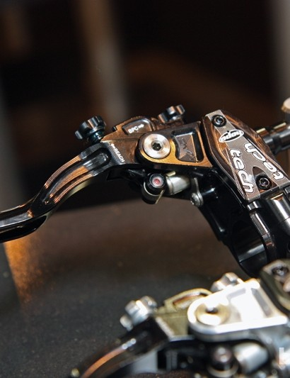 The matching Hope Stealth Tech Evo V4 brake levers offer adjustable pad contact and lever reach.