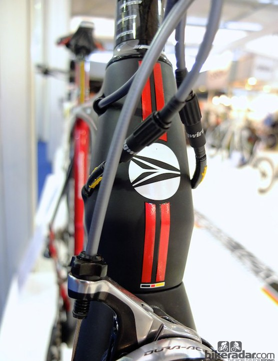 Another bulbous head tube – complete with German flag colours decal – swallows cables for internal routing