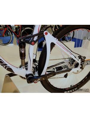 A 2.5:1 suspension ratio and seemingly stiff rear triangle on the Slider 275