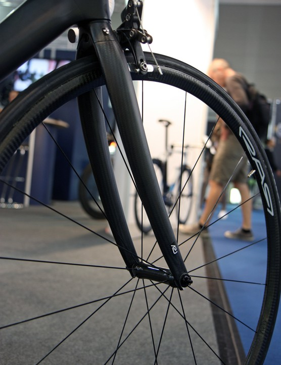 The THM-Carbones Scapula SP fork has a stunning claimed weight of just 255g