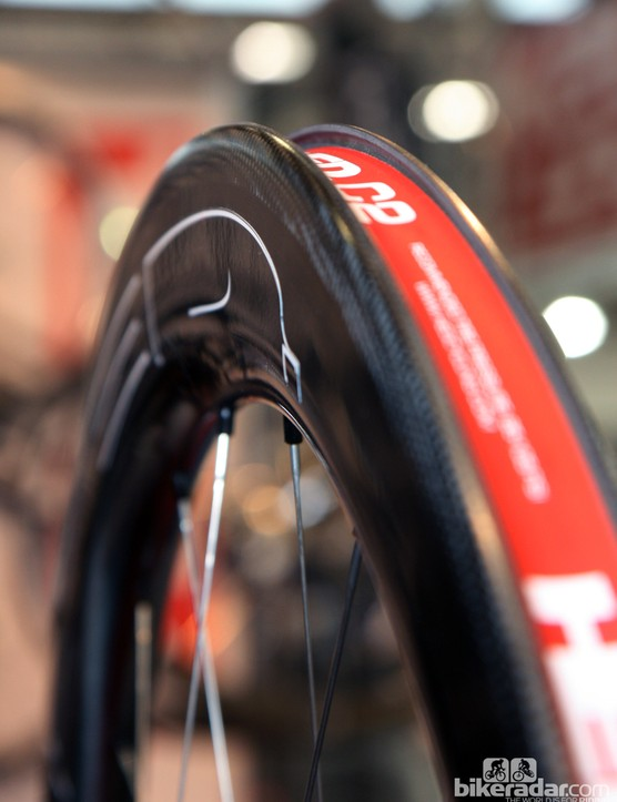 The new HED Vanquish wheels use a massive 26.5mm-wide carbon clincher rim. According to Steve Hed, he had to develop a completely new rim shape to take into account the wider bead hook