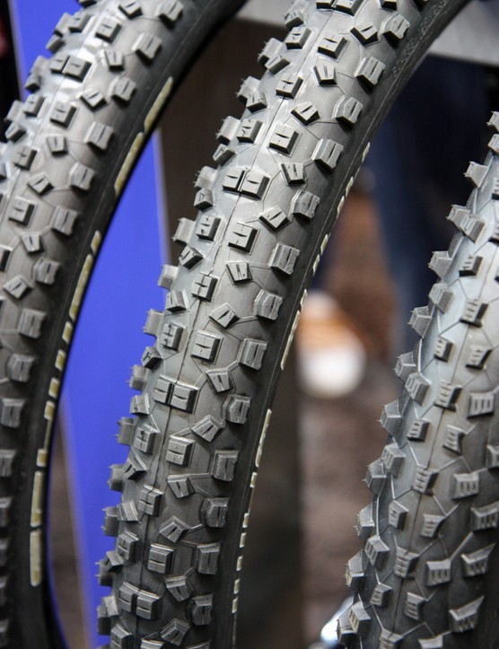 Schwalbe caters to the new enduro segment of mountain bike racing with new Super Gravity variants of the versatile Hans Dampf tread. According to Schwalbe, it offers puncture protection nearly on par with a full-blown downhill tire but in a lighter, tubeless-ready construction
