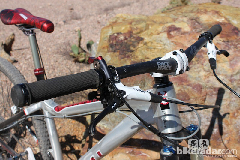A 40mm stem and a 740mm handlebar keep the slack front end under control